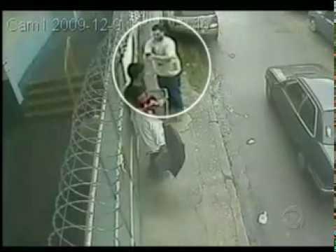 Câmeras de segurança registram a cena de um assassinato