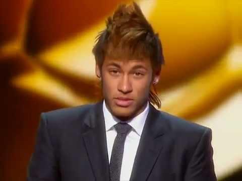 Neymar recebendo o premio de gol mais bonito do mundo de 2011