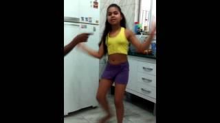 Menina 9 anos dança  música do MC sapão