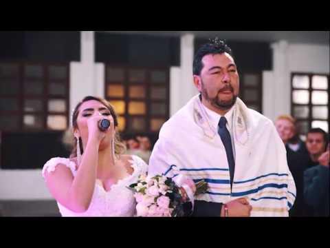 Noiva entra cantando Yeshua e Acontece algo sobrenatural Débora Reis e Lucas Lamela