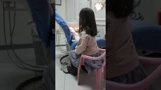 Ema duke pastruar dhëmbët e lepuroshit te Klinika Dentare Dent-In 😘