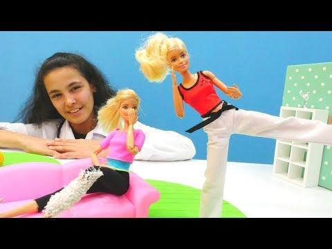 Xxx Mp4 Barbie Karate Yaparken Ayağını Inceleniyor Barbie Oyunları 3gp Sex