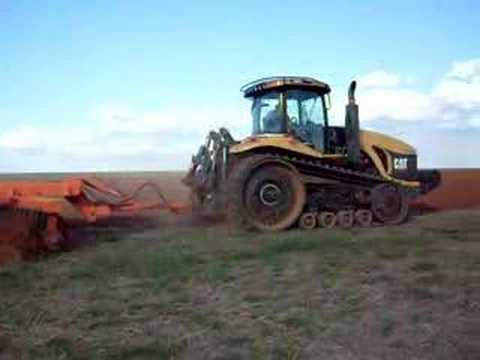 Trator de esteira 360 cavalos Challenger Gradeando sementes bom futuro