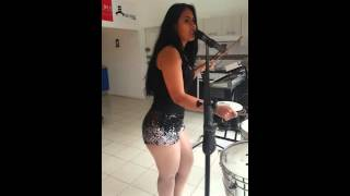 Betsy Flores cantante