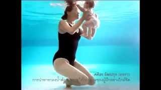 Дети в бассейне Мама и ребенок под водой