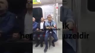 Metro'da,  'Drama Köprüsü' Türküsünü Muhteşem Sesiyle Yorumlayan Adam.