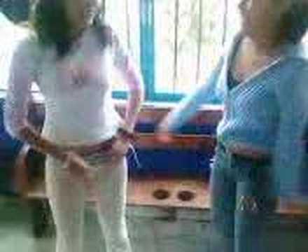 chicas bailan por chelas y cigarros