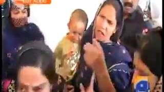 مرأة باكستانية تصفع عسكري كف ويرد عليها في نفس الوقت