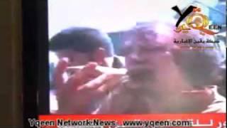 لحظة القبض على القذافي حيا قبل مقتله GADHAFI  Col Gaddafi Handed