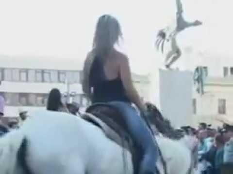 Pobre chava se cae del caballo y cae en la mierda