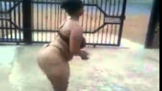 Morena les muestra asus amigas como mober el culo