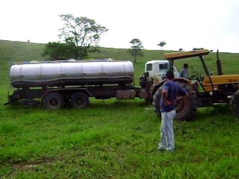 Caminhão traçado atolado galera do leite
