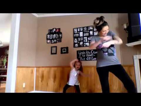 Беременная мама с дочкой танцует