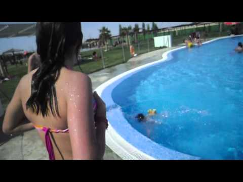 jose ayelen y noelia en la piscina