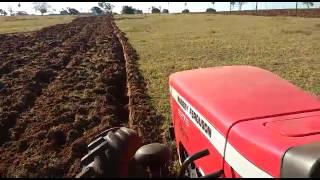 Trator mf arando terra