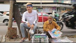 Berbagi Rizki - Keliling Berjualan Buku Bersama Engkong Husein (2/3)