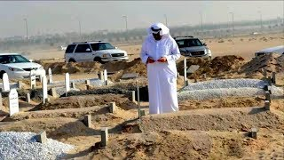 سيهتز قلبك عندما تعلم ماذا يحدث لوالديك عند زيارتك قبرهما