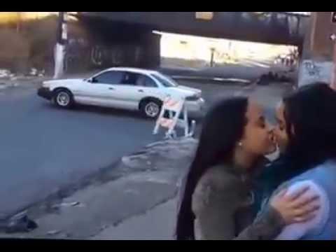 dos lesbianas besandose en plena calle pasa un coche y se choca