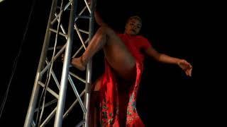 wadada wacheza uchi wa mnyama kwenye stage