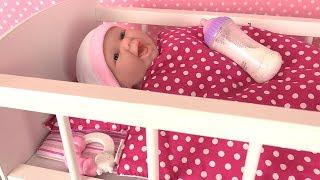 Poupon Newborn Mange sa Purée Accessoires Lit de bébé et Armoire Jouets