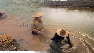 যে নদীতে পানির সাথে শুধু স্বর্ণ তাই গ্রামবাসী ঝাঁকে ঝাঁকে নদীতে নামছে আপনিও যেতে পারেন