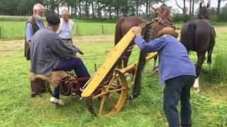 Vastgelopen maaibalk schoonmaken, Bert Bokkers en Wim Middelaar