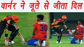 IPL 2017: David Warner picks up Basil Thampi's shoe during Hyderabad vs Gujarat  | वनइंडिया हिन्दी