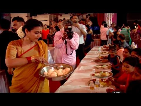 Kajol serves bhog at Durga Puja Pandal | Video