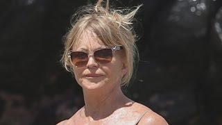 Goldie Hawn Flaunts Beach Body in Sexy Swimsuit at 70 Years Old!