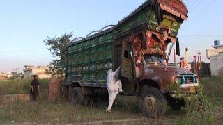 Pakistan, il coraggio e la forza della prima camionista del paese