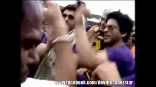 Shahrukh Khan dancing with DEV & others at Eden Gardens