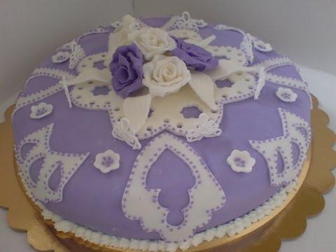 Torta in pasta di zucchero e ghiaccia reale . Cakes fondant royal icing