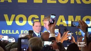 Fiuggi, il ritorno di Silvio Berlusconi: cellulari al cielo al grido di