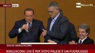 Malore per Berlusconi sul palco, interviene il medico - VideoDoc
