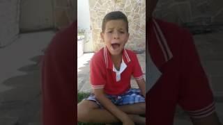O menino canta _ minha mãe querida