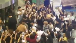170206 Fan dragged by guard so NCT 127 can pass by! SO CRAZY