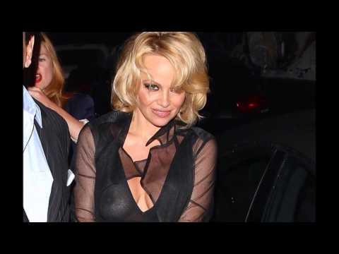 Oops Pamela Anderson nous montre ses seins encore