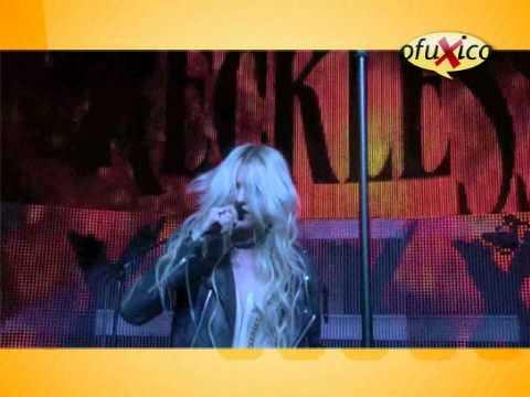 Taylor Momsen faz dança sensual com fà durante show em Paris.wmv