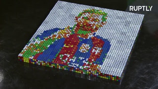 Un artista ruso crea un retrato de Messi usando 400 cubos de Rubik