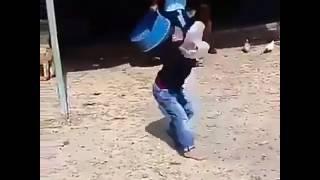 Kuku apiga mtoto makofi