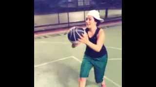 Ezgi Mola'nın Basketbol oynayışı ve nasıl koydum hareketi - çok komik