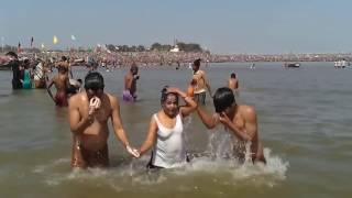 माँ गंगा में पवित्र शाही स्नान || Holy bath at Ganga ghat, India || VIDEOS BY HARIDWAR NEW 2017