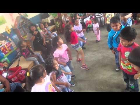 Casa sola niños bailando