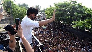 (Video) Shahrukh Khan Celebrates 50th Birthday With FANS @ Mannat