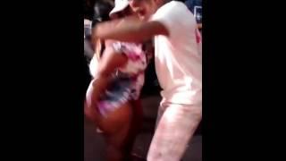 Mulher dança pelada