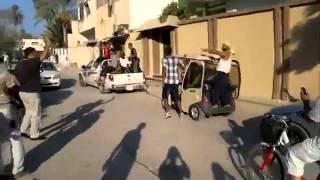 ثوار ليبيا يستولون على توك توك القذافى ويطوفون به