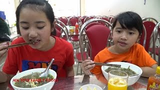 Hồng Anh đi ăn miến lươn chiên giòn - Món ngon dân dã MN Toys Family Vlogs