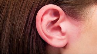 إكتشف على ماذا  يدل إحمرار أذنيك ... 3 أسرار 😱😱