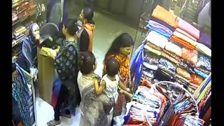 শপিং মলে মহিলা চোর (Female thief in shoping mall)