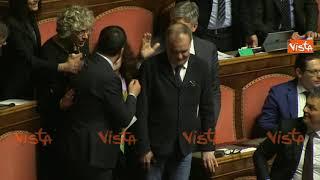 """Diciotti, Salvini parla da spalti Lega: """"Dedico la mia vita all'Italia"""". Applausi e abbracci"""
